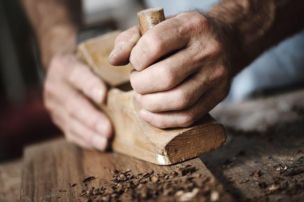 老師傅正一刀一鑿處理木地板手刮紋路