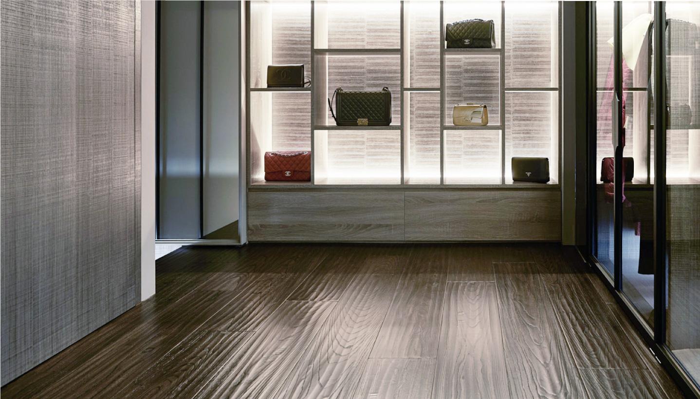 黑棕色木地板